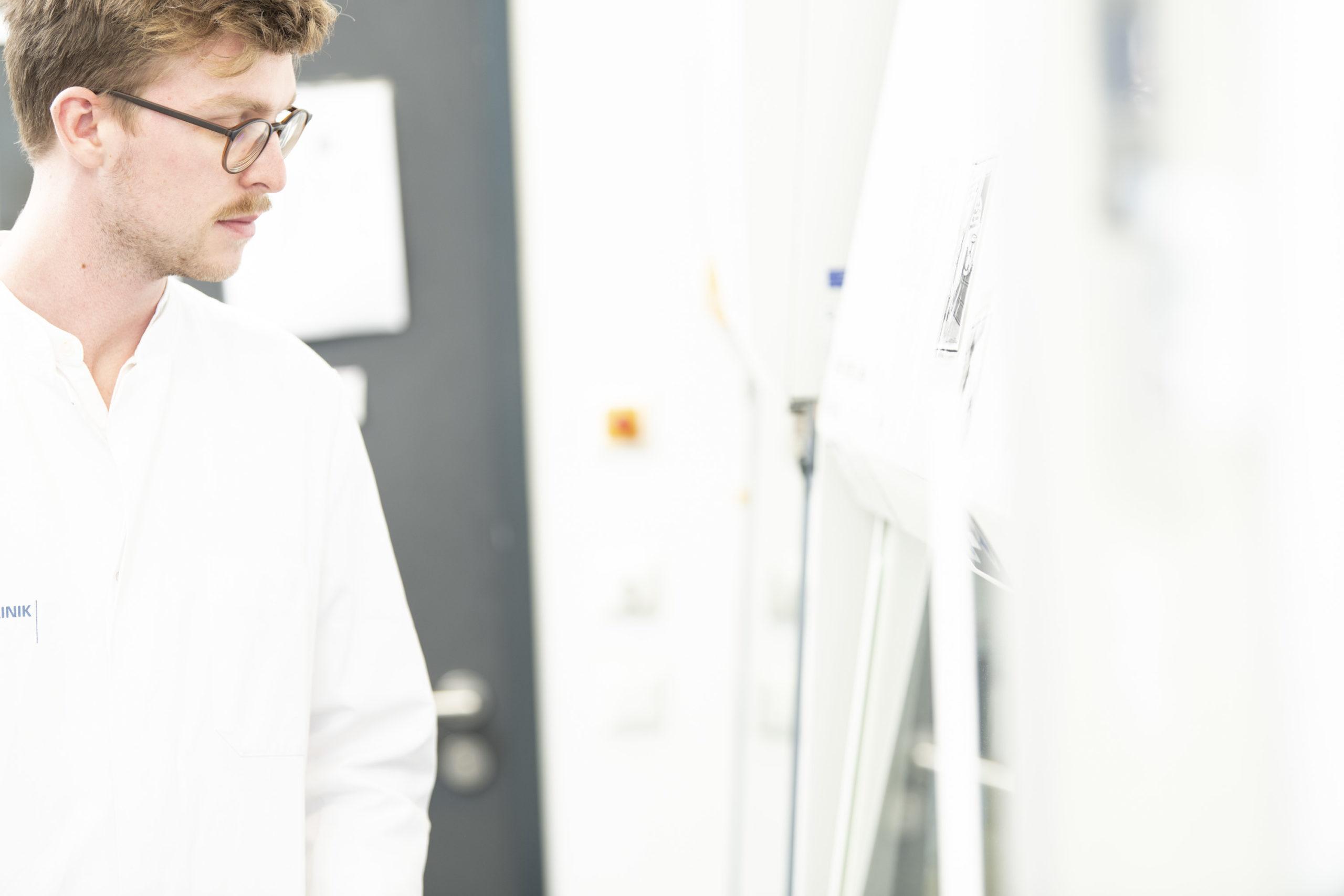 Ein Mann in Laborkittel